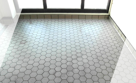 Floor lining with stoneware Hexagonal tiles